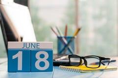 18 juin Jour 18 du mois, calendrier en bois de couleur sur le fond de bureau de compte Jeunes adultes L'espace vide pour le texte Photos libres de droits