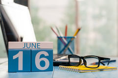 16 juin Jour 16 du mois, calendrier en bois de couleur sur le fond de lieu de travail de bureau Jeunes adultes L'espace vide pour Photos stock