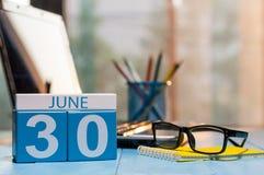 30 juin Jour 30 du mois, calendrier en bois de couleur sur le fond de lieu de travail de directeur Jeunes adultes L'espace vide p Photos stock