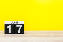 17 juin Jour 17 du mois, calendrier sur le fond jaune Arbre dans le domaine L'espace vide pour le texte Photographie stock libre de droits