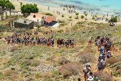 9 juin, la lagune de Balos, Crète, Grèce La foule des touristes vers le haut de la colline à la forteresse de pirate Image stock