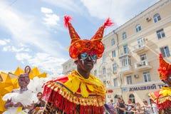 12 juin 2018, la RUSSIE, VORONEZH : Défilé des théâtres de rue Festival platonique international images libres de droits