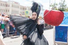 12 juin 2018, la RUSSIE, VORONEZH : Défilé des théâtres de rue Festival platonique international image stock