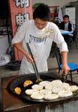 Juin le, Chine : Cuisson de la pizza chinoise Photos libres de droits