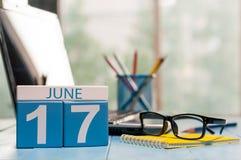17 juin Le jour 17 du mois, le calendrier en bois de couleur externalisent dessus le fond d'affaires Jeunes adultes L'espace vide Images stock