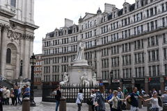 21 juin 2015 : Londres, R-U, touristes appréciant au saint Paul Cathedral complexe et appréciant le paysage de ville de Londres Photo libre de droits