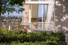 8 juin 2018 Los Angeles/CA/Etats-Unis - détail architectural d'un des bâtiments du centre de Getty ; floraison de fleurs de jasmi images libres de droits