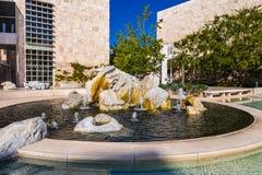 8 juin 2018 Los Angeles/CA/Etats-Unis - fontaine d'eau dans la cour de musée du centre de Getty photos stock