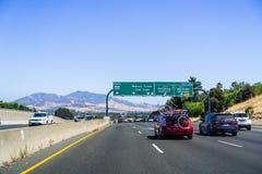 26 juin 2018 Martinez/CA/Etats-Unis - conduisant sur l'autoroute dans la région de San Francisco Bay est ; Mt Diablo à l'arrière- photographie stock