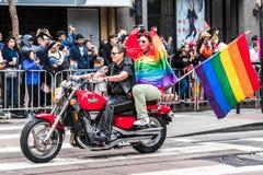 30 juin 2019 San Francisco/CA/Etats-Unis - participants non identifiés à l'équitation de SF Pride Parade sur des vélos et à porte photo stock