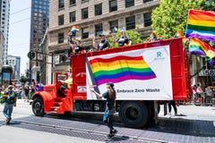 30 juin 2019 San Francisco/CA/Etats-Unis - représentants de Recology participant au SF Pride Parade sur Market Street au centre v photographie stock