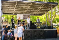"""16 juin 2018 San José/CA/Etats-Unis - bande locale chantant sur une des étapes de l'""""Dancin' sur le  Live Music Block d'Aven photographie stock"""