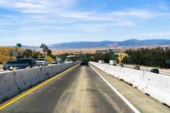 10 juin 2018 Valence/CA/Etats-Unis - conduisant sur une ruelle créée spéciale, divisée par des blocs de ciment, pendant la répara images libres de droits