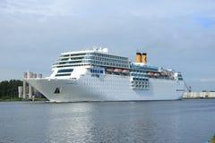 13 juin 2014 Velsen : Costa Neo Romantica sur le canal de la Mer du Nord Photographie stock libre de droits