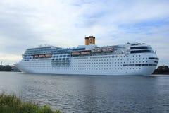 13 juin 2014 Velsen : Costa Neo Romantica sur le canal de la Mer du Nord Image stock
