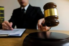 Juiz com o martelo na tabela advogado, juiz da corte, tribunal e ju imagens de stock