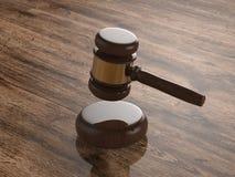 Juiz do martelo no fundo de madeira Foto de Stock