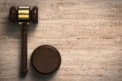 Juiz do martelo no fundo de madeira Fotografia de Stock