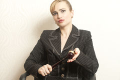 Juiz fêmea With Wooden Gavel fotografia de stock