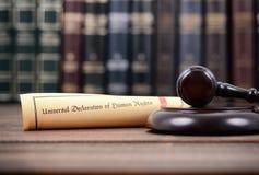 Juiz Gavel e declaração universal de direitos humanos foto de stock