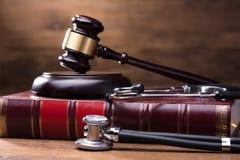 Juiz Gavel And Soundboard no livro de lei com estetoscópio fotos de stock