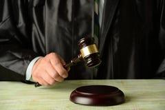 Juiz Holding Gavel imagens de stock royalty free