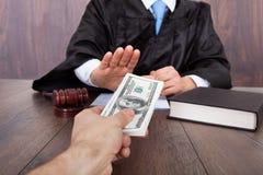Juiz que toma o subôrno do cliente Fotografia de Stock Royalty Free