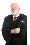 Juiz severo com martelo Imagens de Stock
