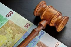 Juizes martelo e dinheiro do Euro na tabela preta Foto de Stock