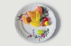 Jujuba doce colorido, geleia, doces, em uma placa - trajeto de grampeamento Imagem de Stock