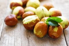 Jujuba fresco na tabela de madeira Fruto de Unabi fotos de stock