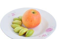 Jujubes και Apple στο πιάτο Στοκ Φωτογραφία