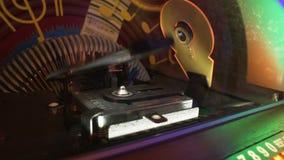 Juke-box die automatisch schijven voor het spelen van muziek herschikken wanneer het muntstuk wordt opgenomen stock footage