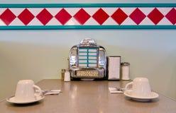 Jukebox su stile della tabella 1950 del ristorante. Fotografia Stock Libera da Diritti