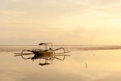 Jukung, barco de pesca tradicional del Balinese en la playa Foto de archivo libre de regalías