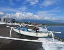 Jukung, el barco de pesca tradicional de pescadores indonesios fotografía de archivo