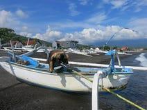 Jukung, el barco de pesca tradicional de pescadores indonesios foto de archivo libre de regalías
