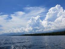 Jukung, el barco de pesca tradicional de pescadores indonesios imagenes de archivo