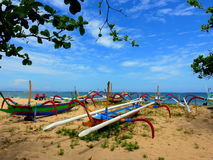 Jukung kanoter i den Sanur stranden Bali royaltyfria foton