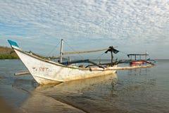 Jukung tradicional del balinese en la playa de Pemuteran Imagen de archivo libre de regalías