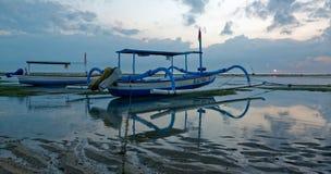 Jukung tradicional del balinese en la salida del sol en la playa de Sanur Imágenes de archivo libres de regalías