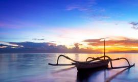 Jukung traditionell Bali fiskebåt Arkivbild