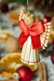 Julängel med den röda bowen Arkivbilder
