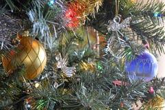 Julänglar smyckar ett träd arkivbilder