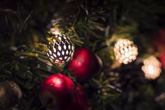 Juläpplen med klirrklockor på girlanden arkivfoto