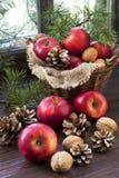 Juläpplen på trätabellen royaltyfri fotografi