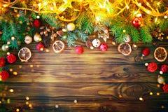 Jul övervintrar bakgrund, en tabell som dekoreras med granfilialer, och garneringar lyckligt nytt år glad jul royaltyfria bilder