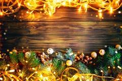 Jul övervintrar bakgrund, en tabell som dekoreras med granfilialer, och garneringar lyckligt nytt år glad jul royaltyfri foto