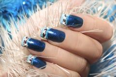 Jul övervintrar fransk manikyr för blåttdesignen med snöflingor arkivfoton