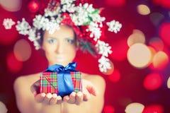 Jul övervintrar kvinnan med trädfrisyren och makeup, magisk fe royaltyfria foton